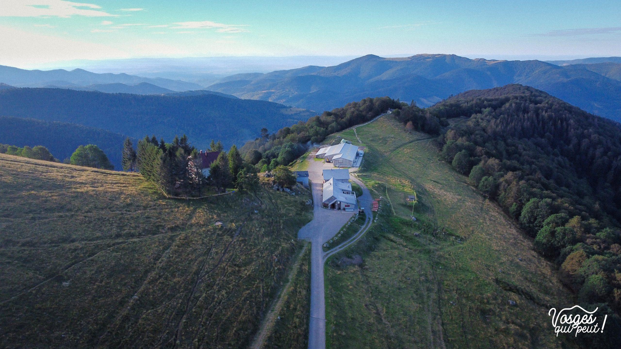 Vue aérienne de la ferme-auberge du Treh dans les Vosges