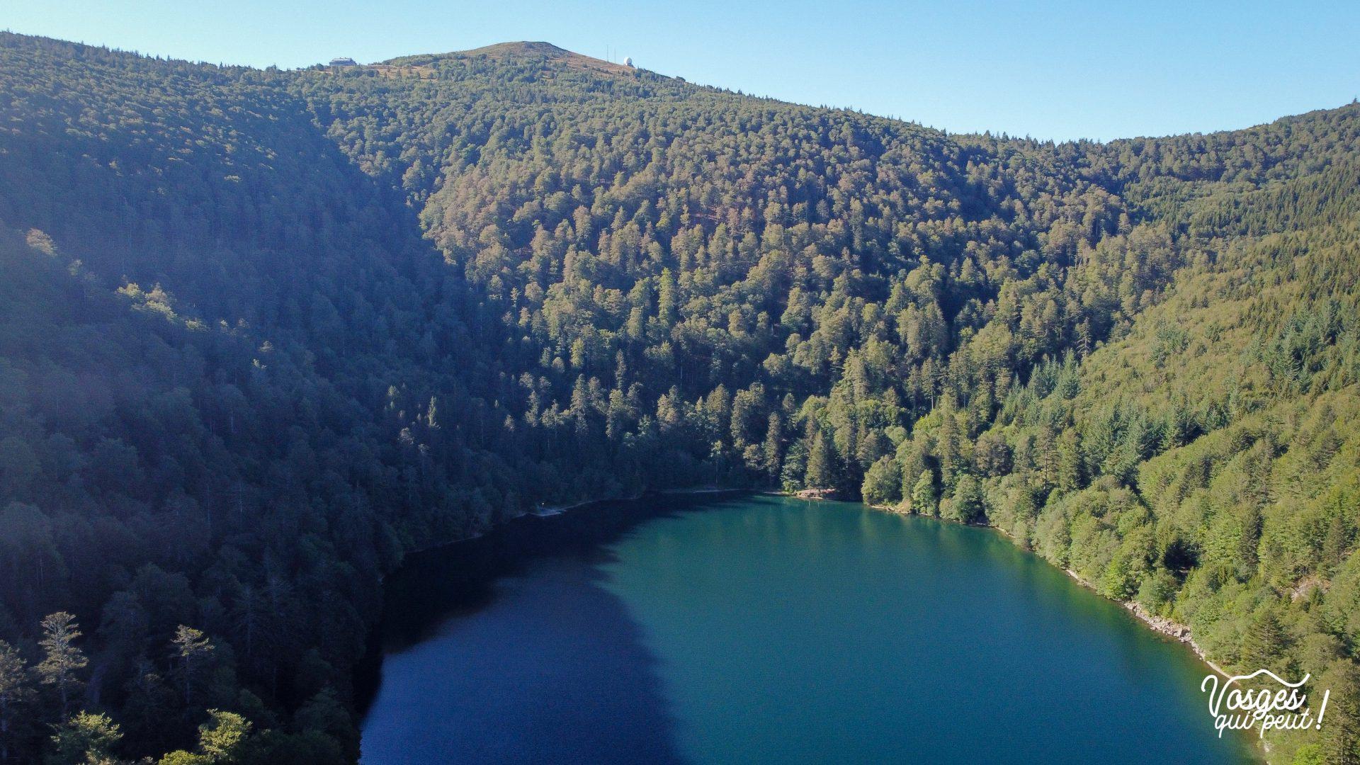 Vue aérienne du lac du Ballon au pied du Grand Ballon dans les Vosges