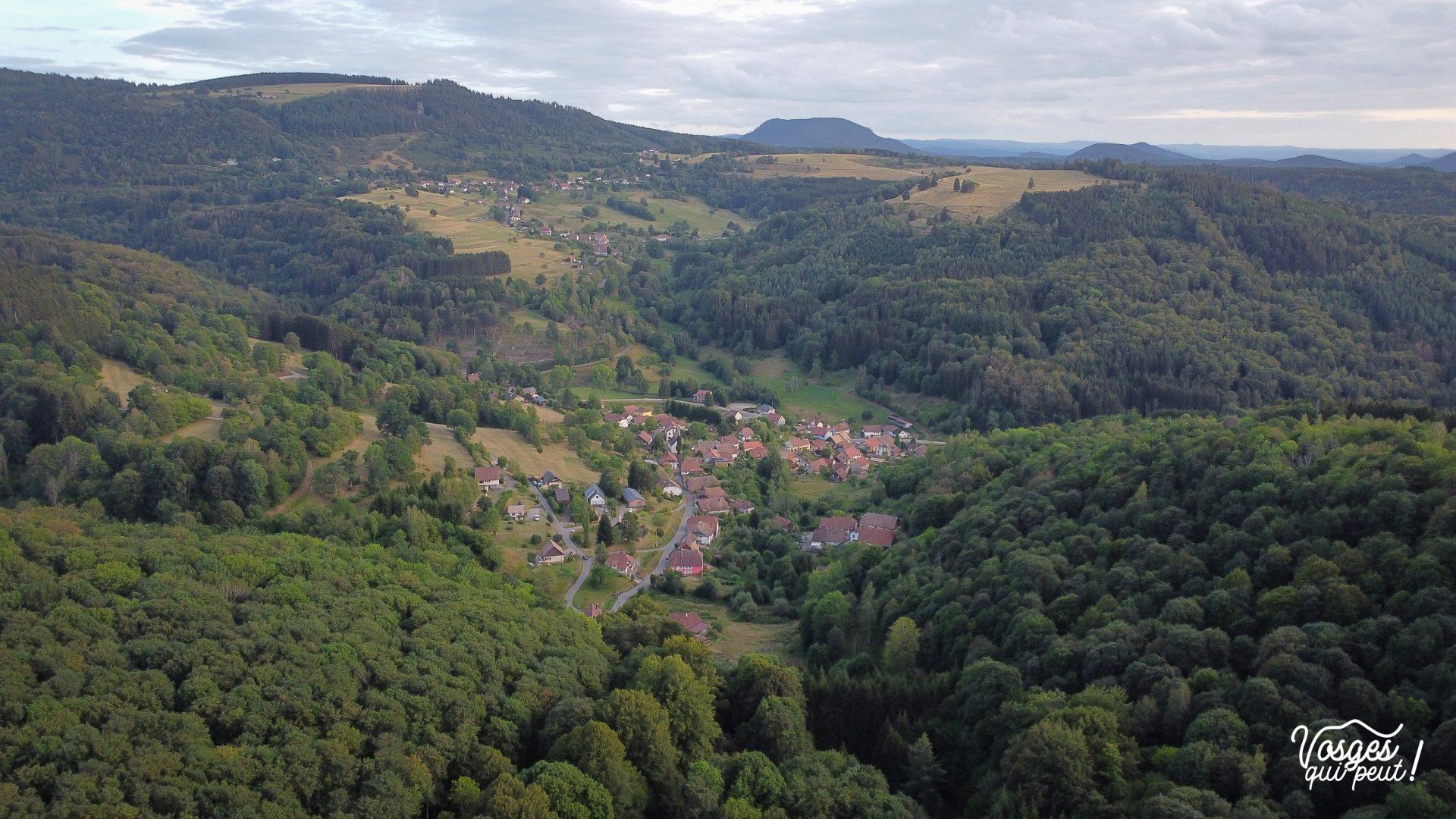 Vue depuis le col de la Perheux sur le village de Waldersbach dans la vallée de la Bruche