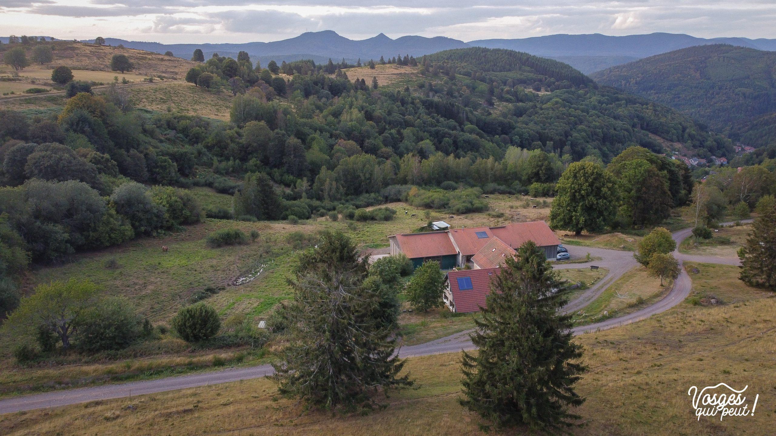 Vue aérienne sur la ferme-auberge de la Perheux dans la vallée de la Bruche