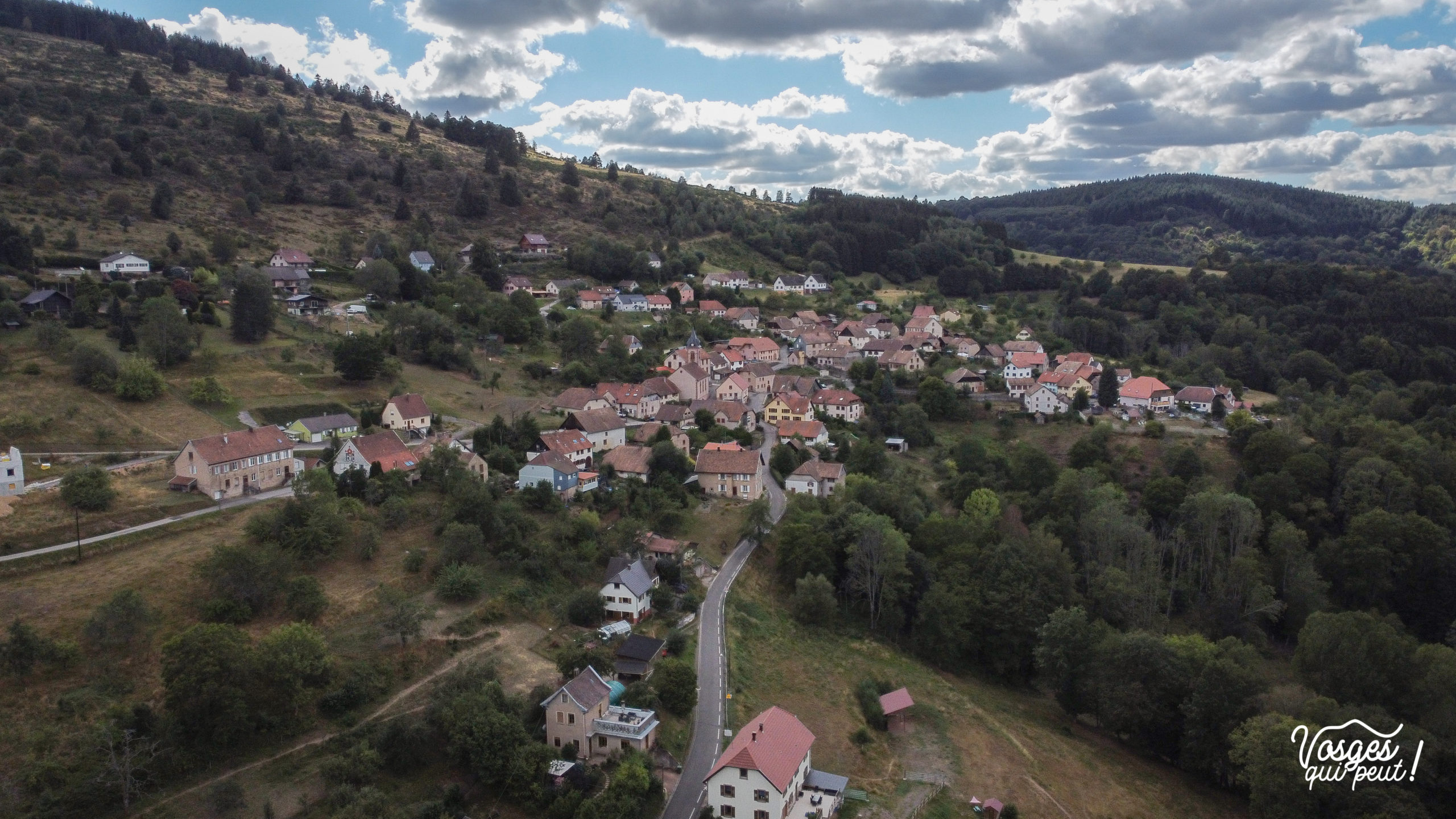 Vue aérienne du village de Neuviller-la-roche dans la vallée de la Bruche