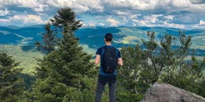 Un randonneur admire le paysage depuis la Chatte Pendue dans la vallée de la Bruche