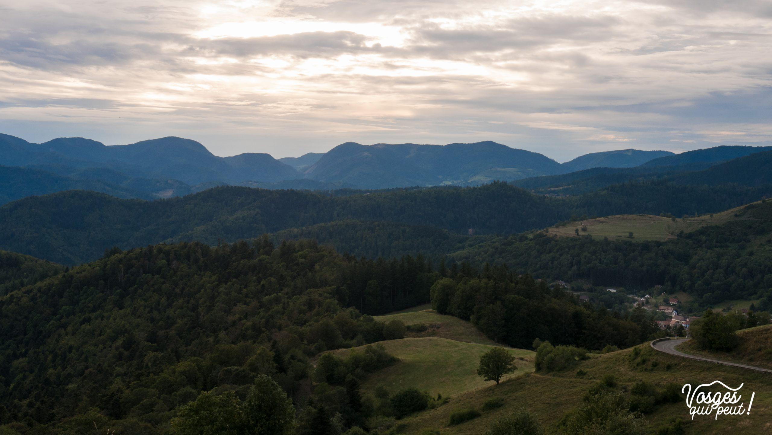 La chaîne du massif des Vosges au coucher du soleil