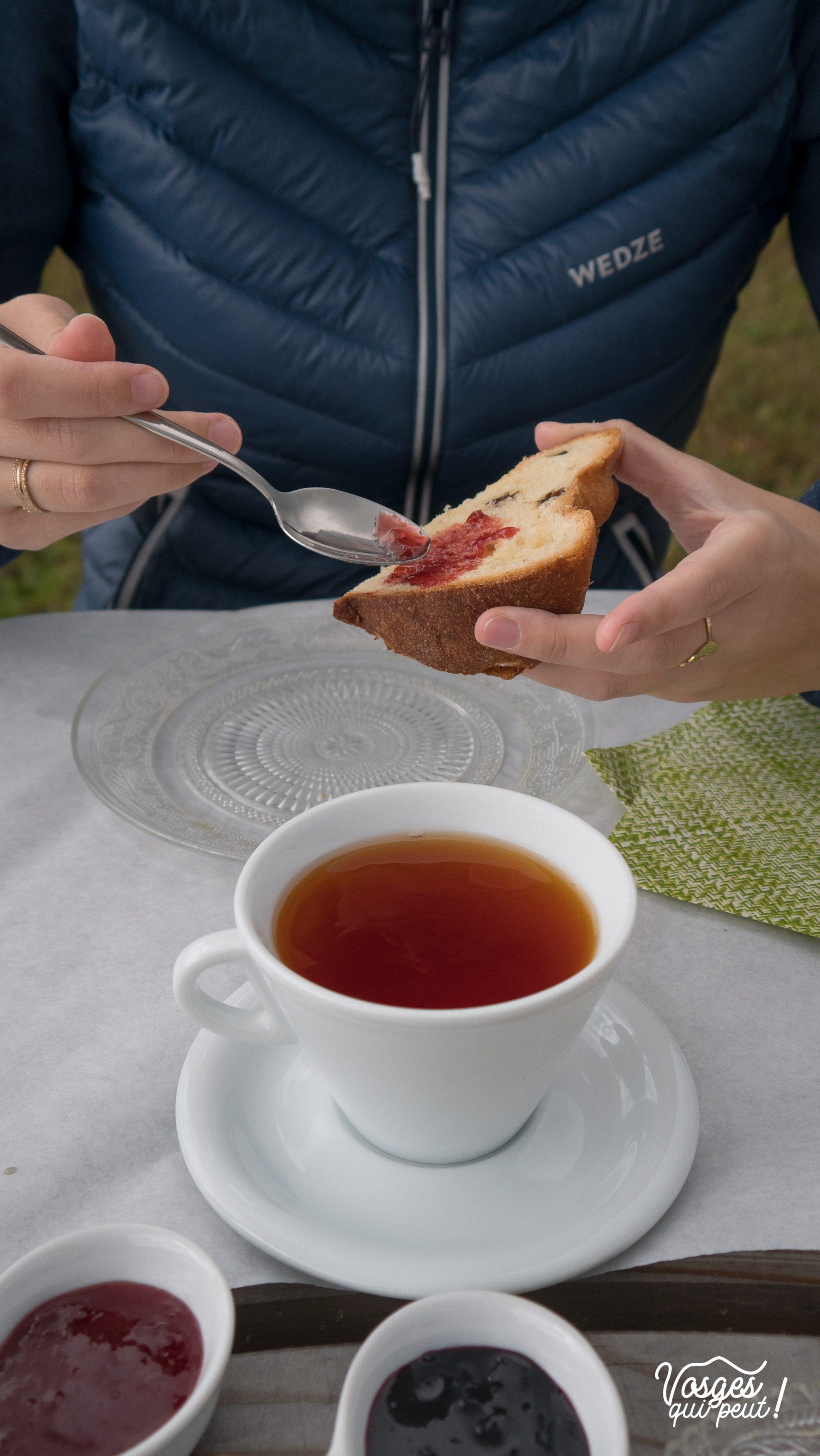 Une cliente de la boulangerie Turlupain à Saales déguste un petit-déjeuner maison