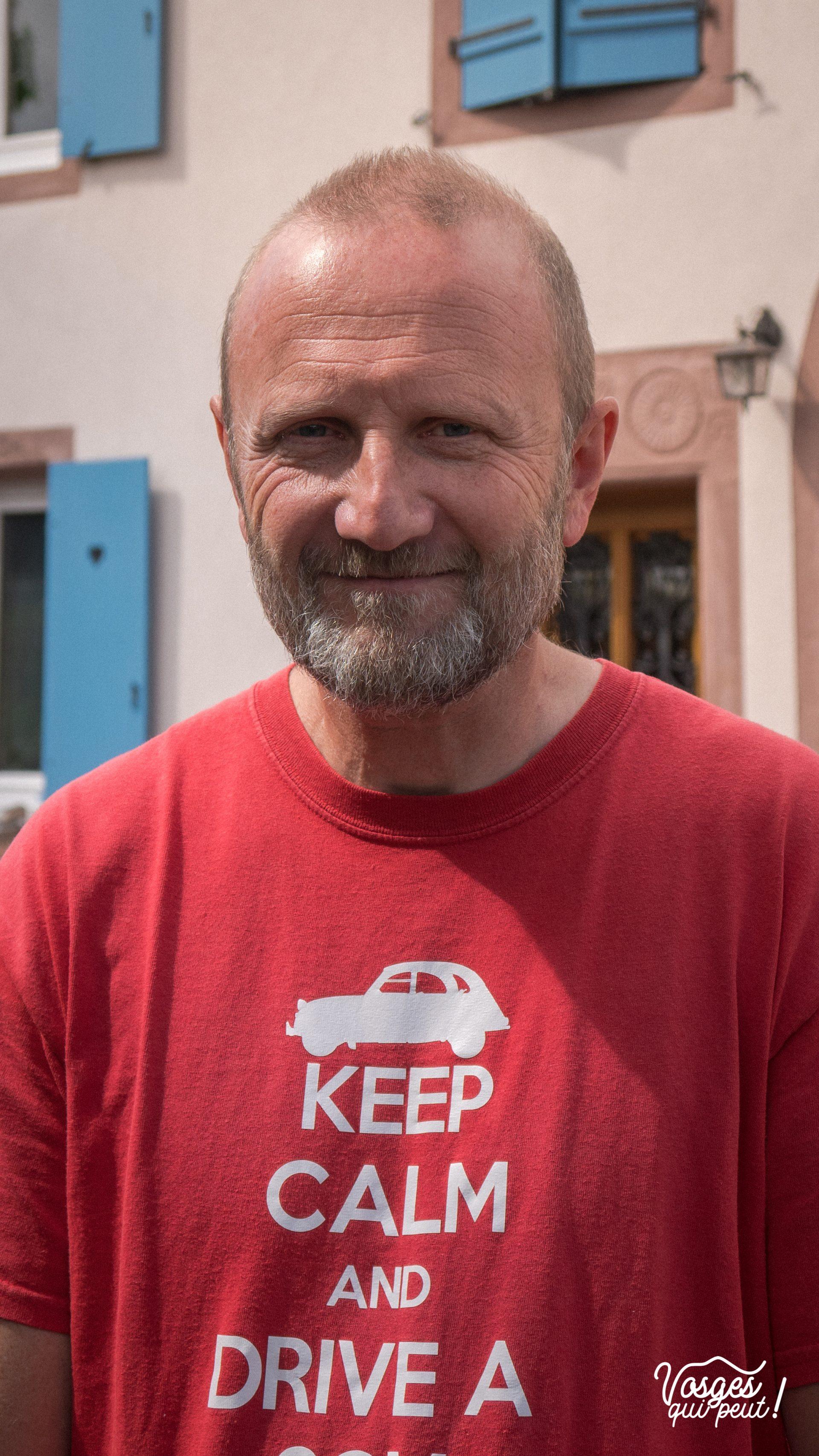 Portrait de Thierry, guide et collectionneur de voitures anciennes dans la vallée de la Bruche