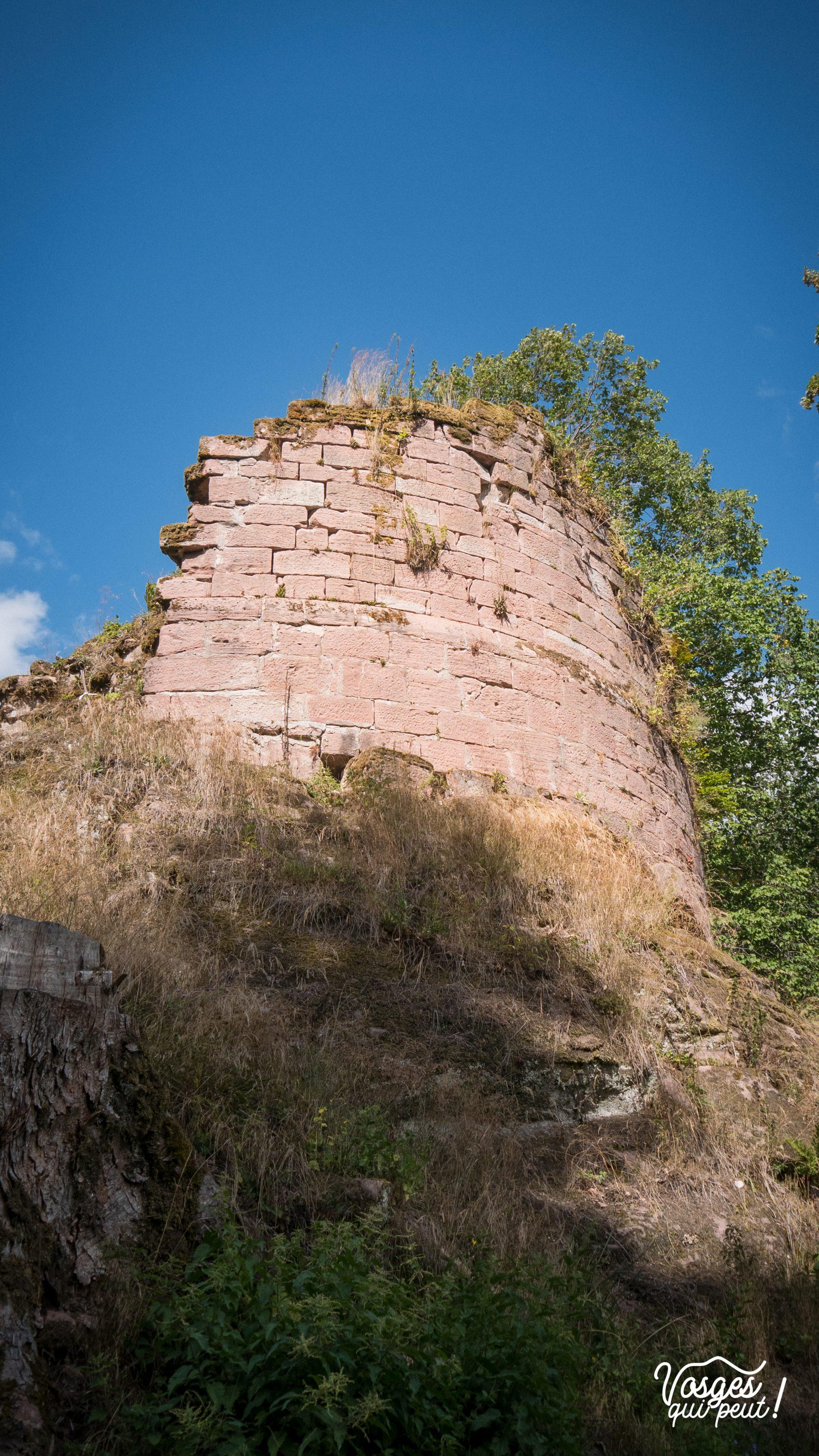 La tour ruinée du château de Salm dans la vallée de la Bruche
