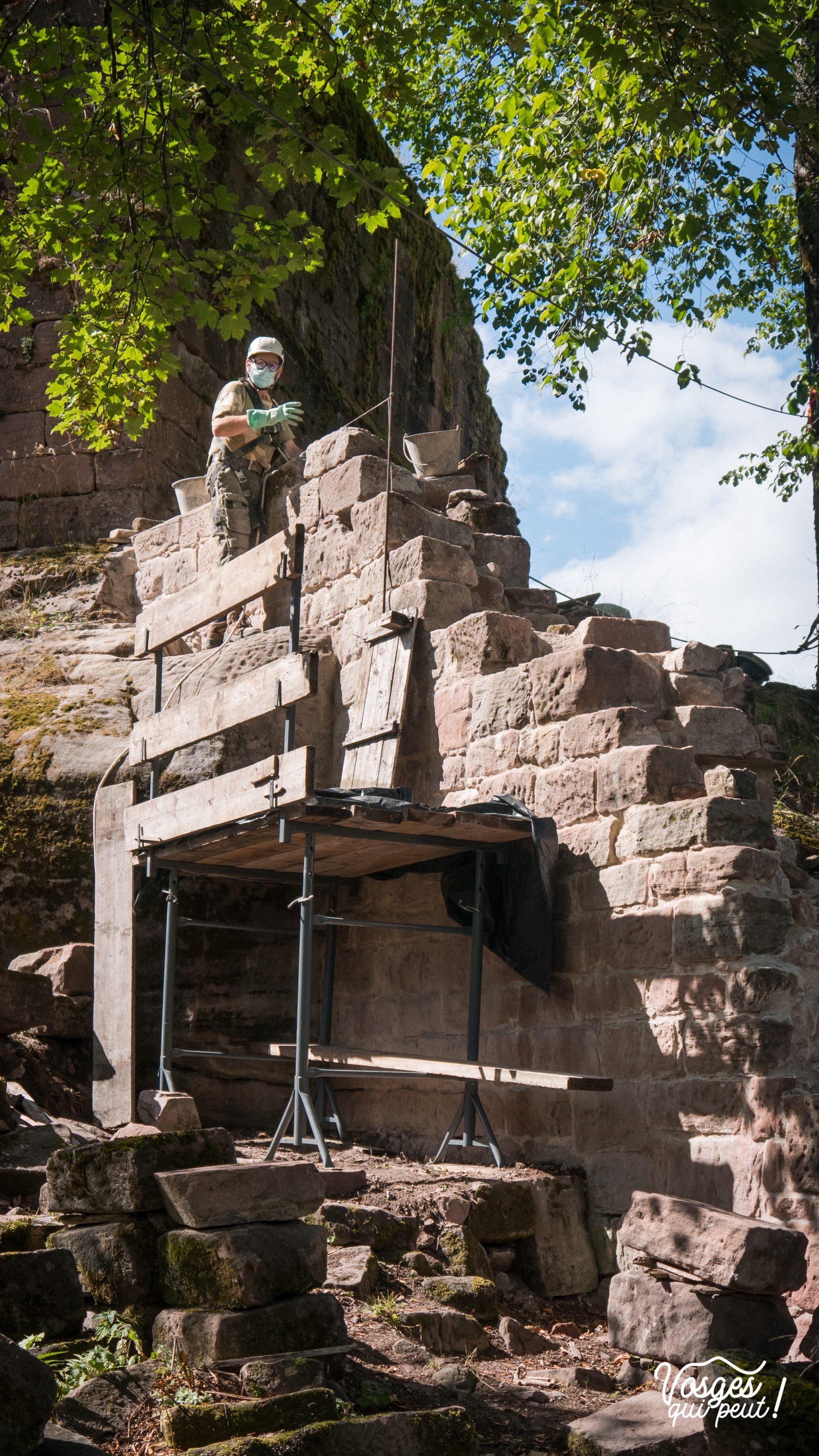 Un bénévole de l'association Les Veilleurs de Salm restaure un mur du château de Salm dans la vallée de la Bruche