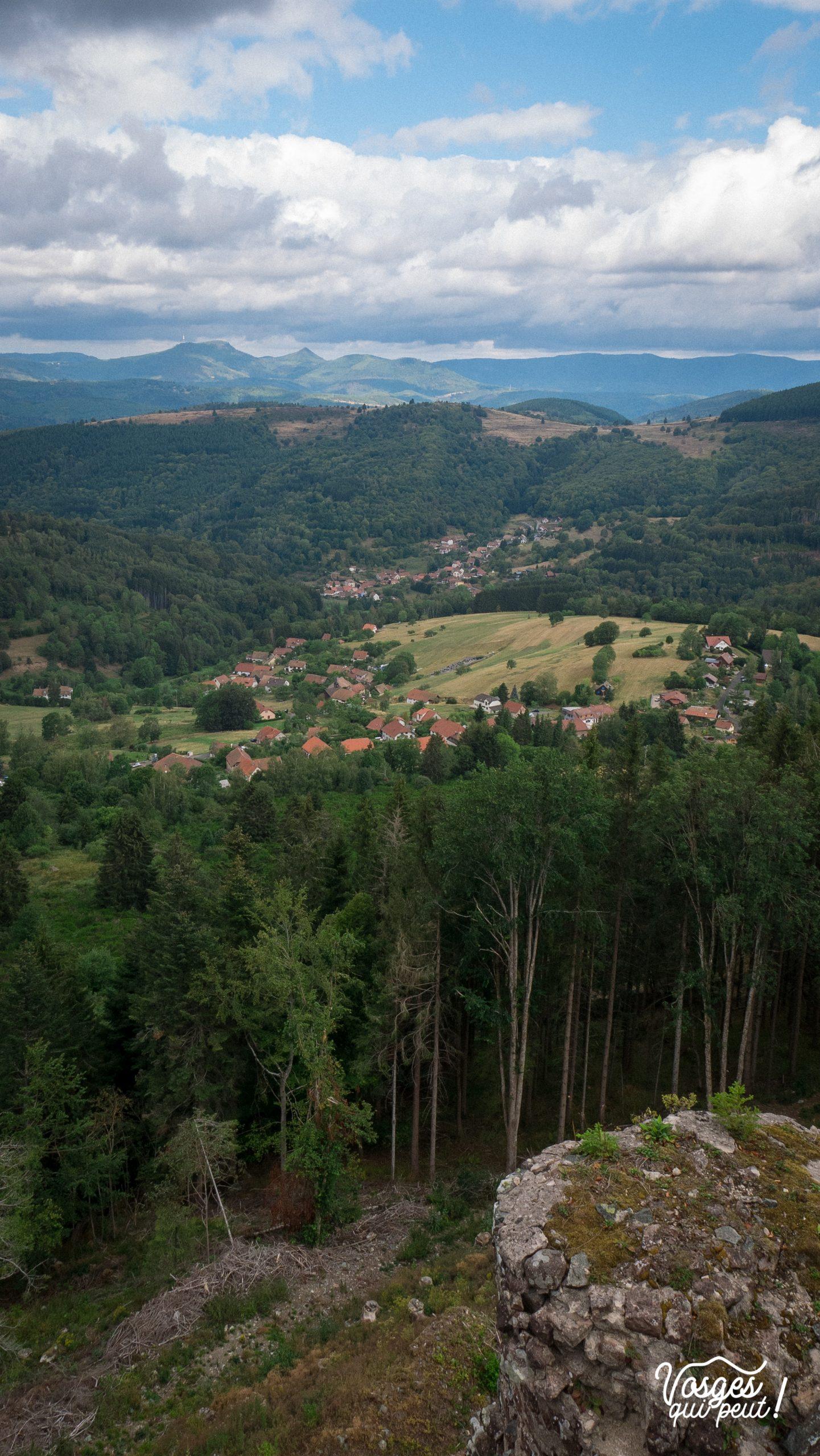 Panorama depuis le château de la roche sur Bellefosse, le col de la Perheux et le Donon