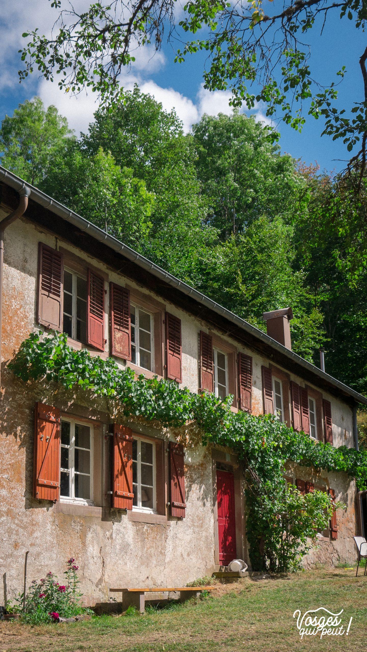 Une maison fleurie au lieu-dit Le Trou en-dessous du village de Belmont