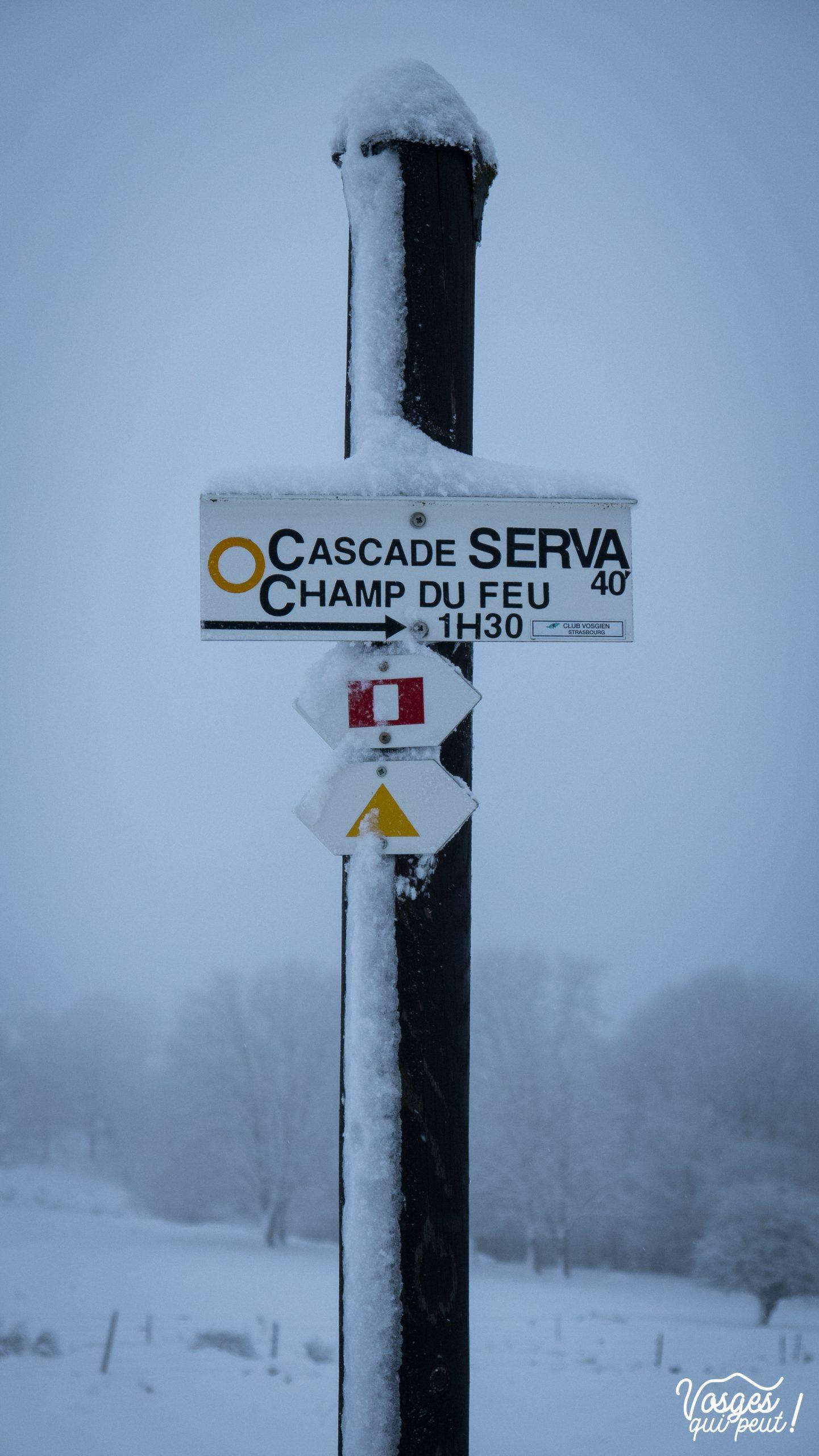 Panneau directionnel du Club Vosgien pendant une rando en raquettes dans les Vosges