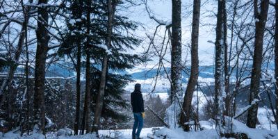 Un randonneur pendant une rando en raquettes dans les Vosges