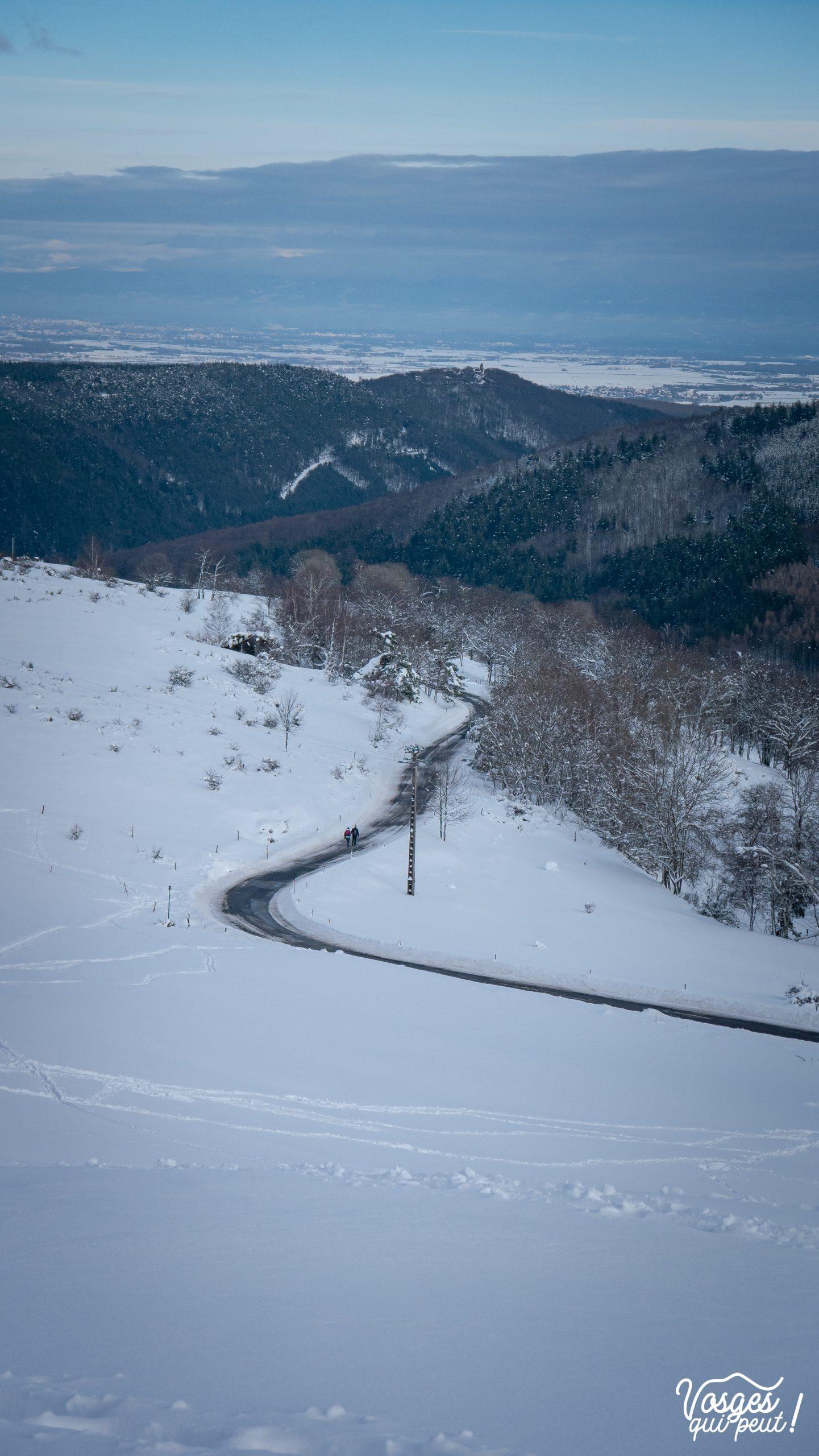 Une route sinue entre les prés enneigés au-dessus de Grendelbruch
