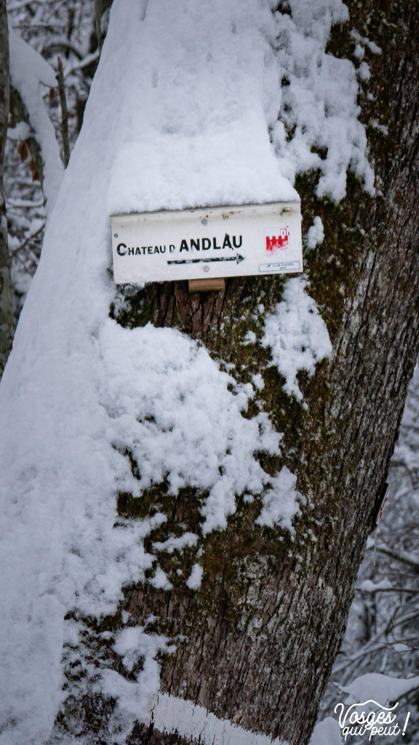 Panneau directionnel du club vosgien vers le château d'Andlau dans les Vosges