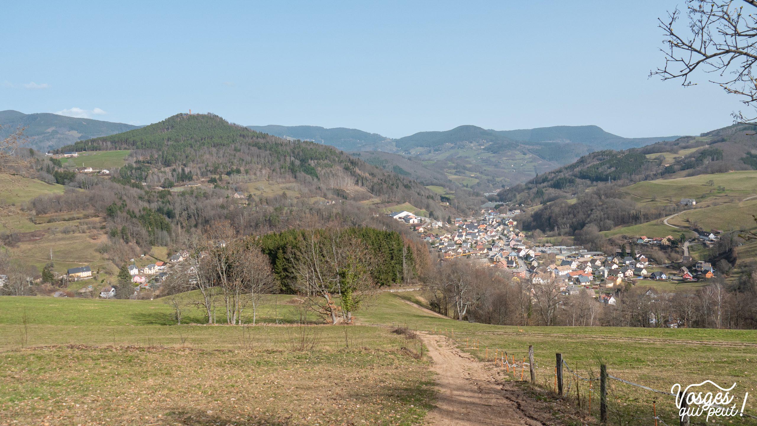 Vue sur le village d'Orbey pendant une randonnée dans les Vosges