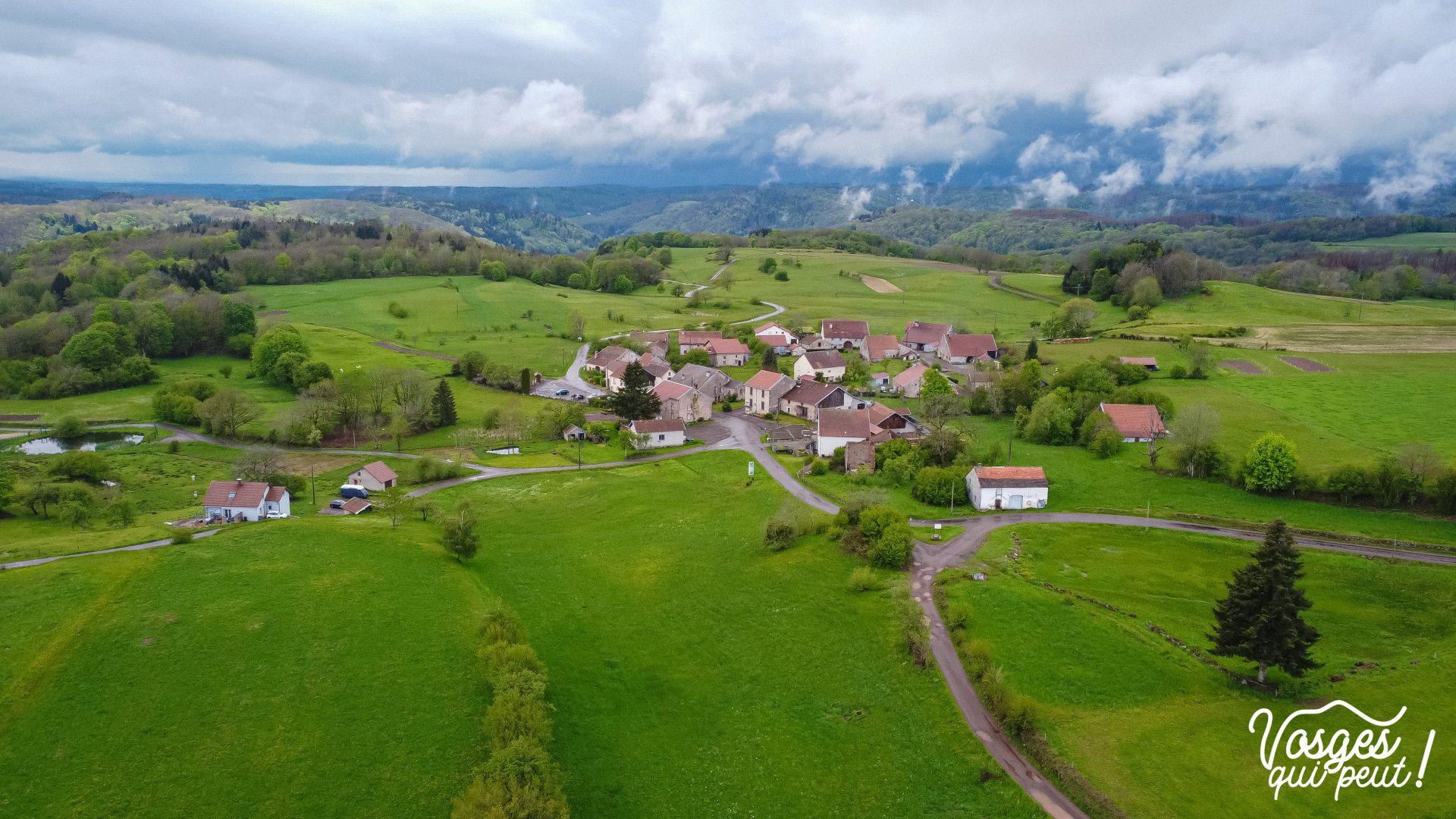 Vue aérienne du village d'Esmoulières aux Mille Étangs