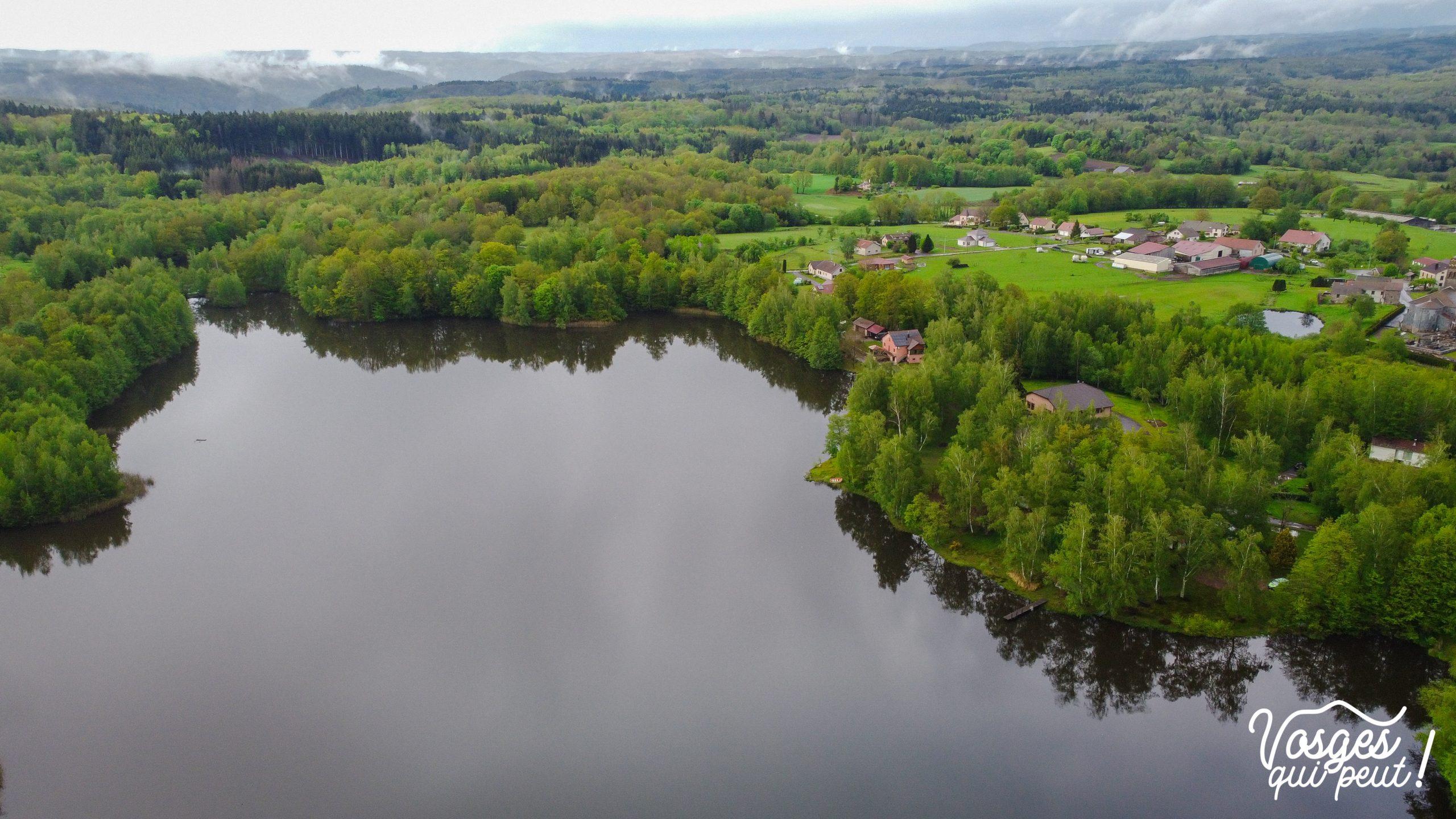 Vue aérienne du village d'Écromagny au plateau des Mille Étangs avec l'étang Pellevin
