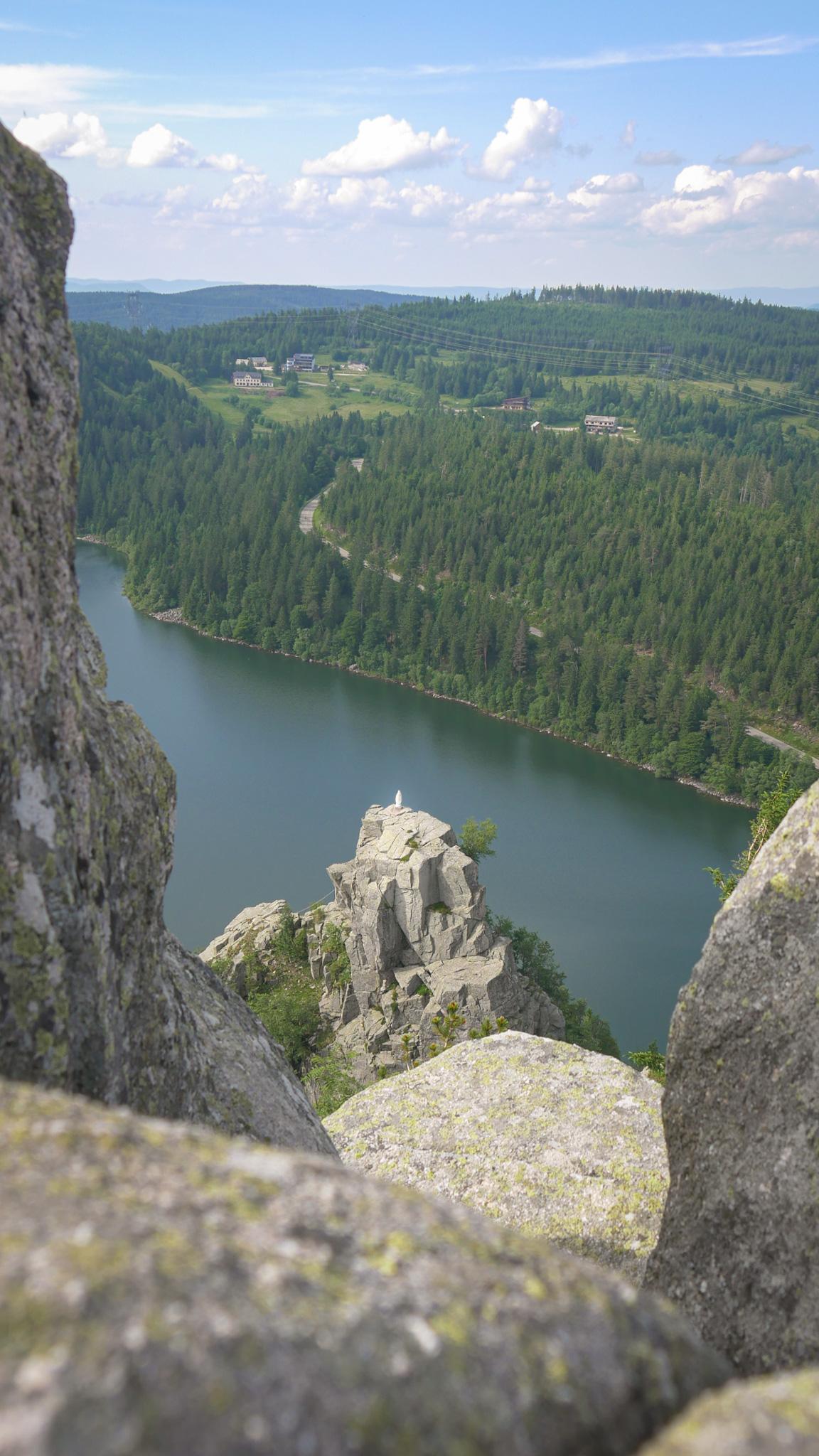Le Rocher de la Vierge au-dessus du lac Blanc dans les Vosges