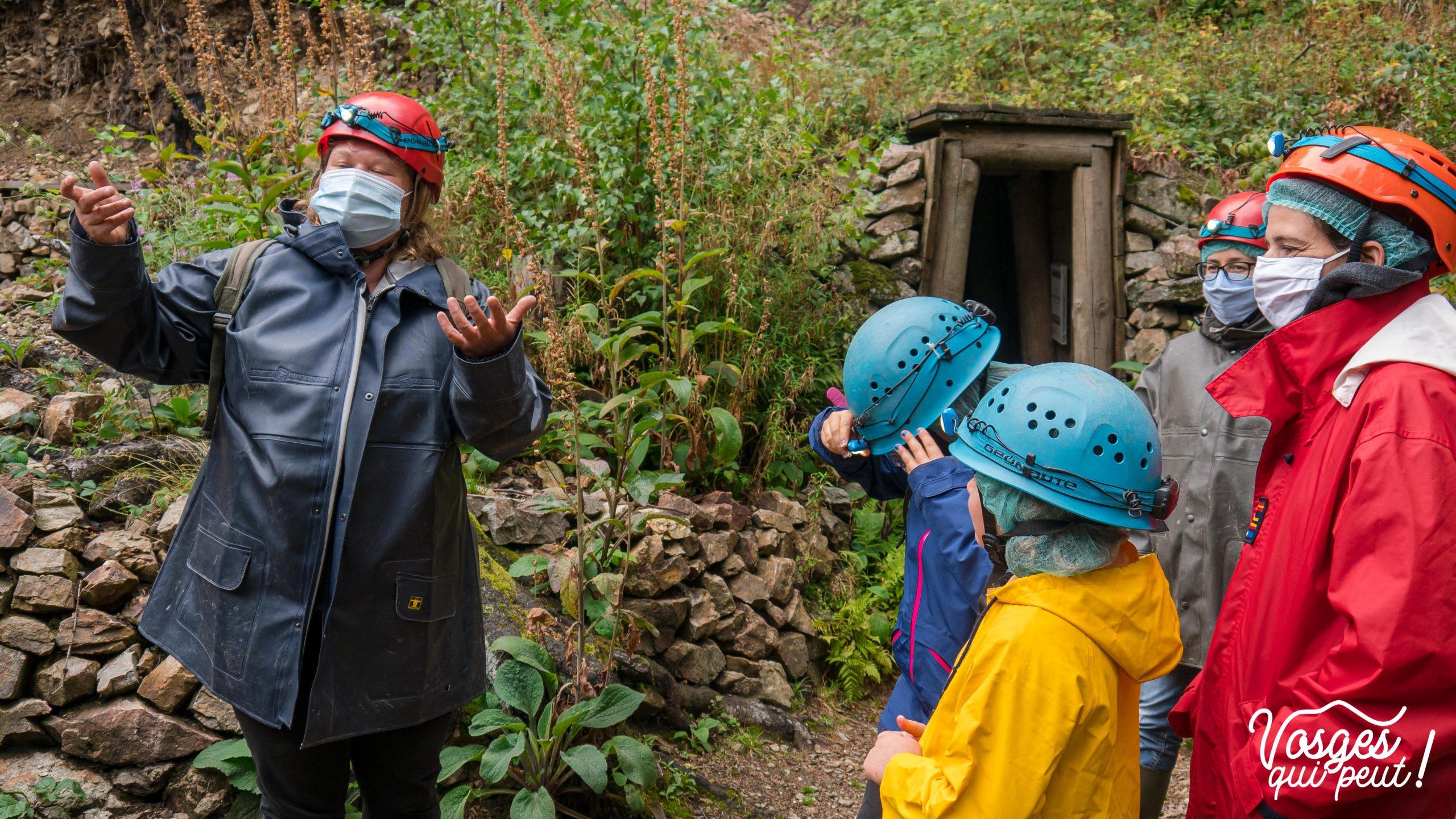 Guide de l'association ASEPAM donnant des explications avant la visite d'une mine dans le Massif des Vosges