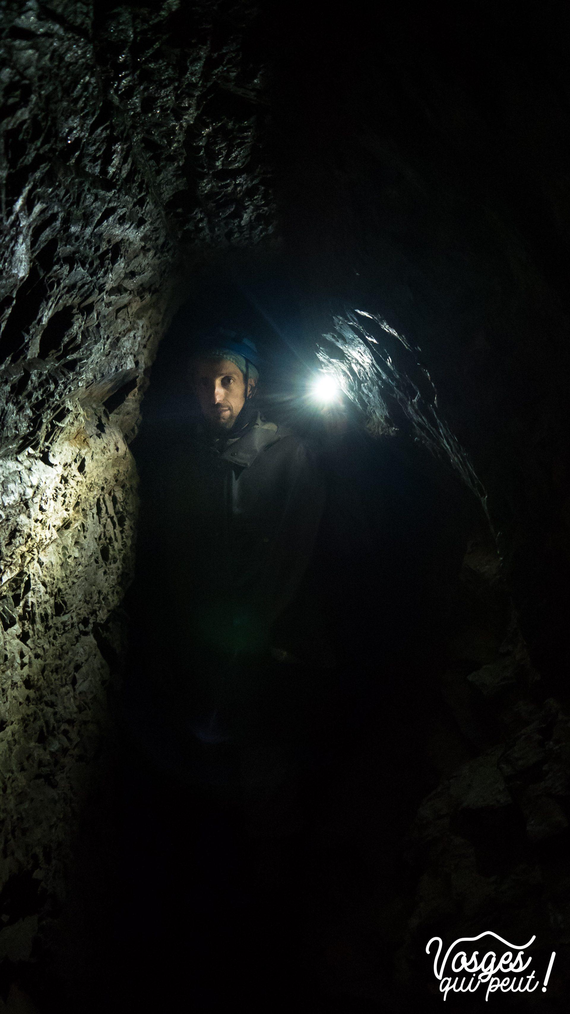 Un visiteur d'une mine d'argent dans le Massif des Vosges