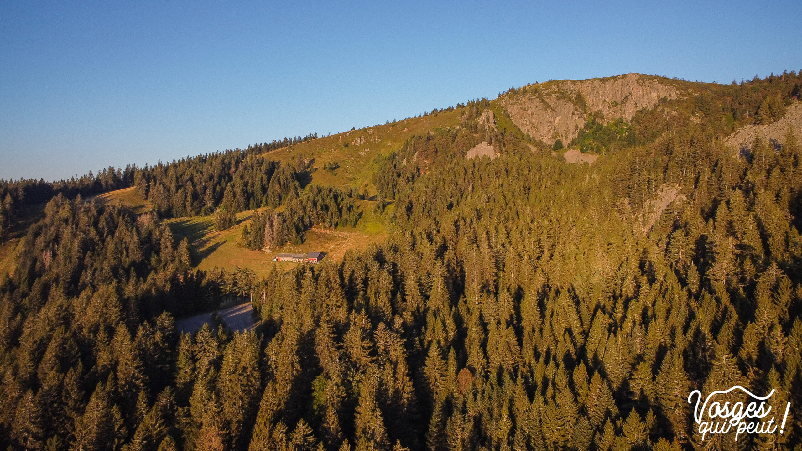 Le rocher du Tanet depuis le lac Vert dans les Vosges