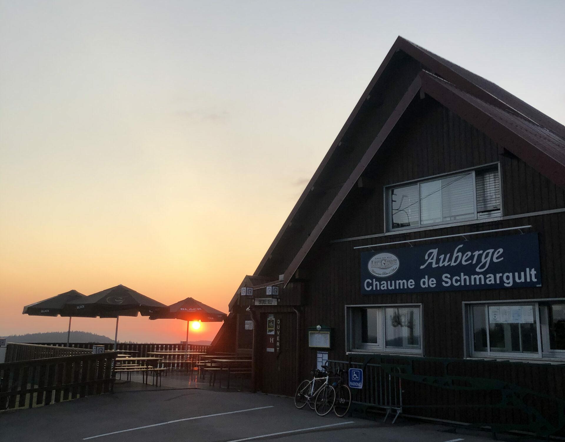 Coucher du soleil sur la ferme-auberge de la Chaume de Schmargult dans le Massif des Vosges