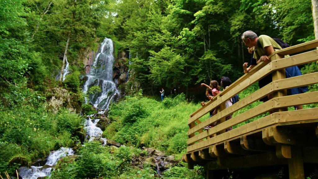 Des randonneurs découvrent la cascade de l'Andlau dans le Massif des Vosges