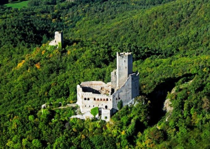 Vue aérienne du château de l'Ortenbourg dans le Massif des Vosges